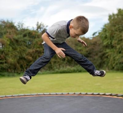 Trampolin - Kind springt