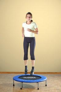Fitnesstrampolin Test - Frau auf minitrampolin