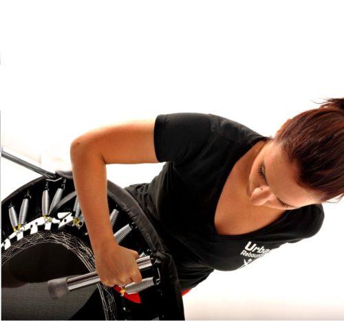 Rebound UK Fitness Trampolin Frau klappt Beine zusammen
