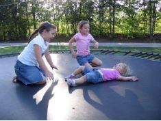 gartentrampolin test - spielende kinder